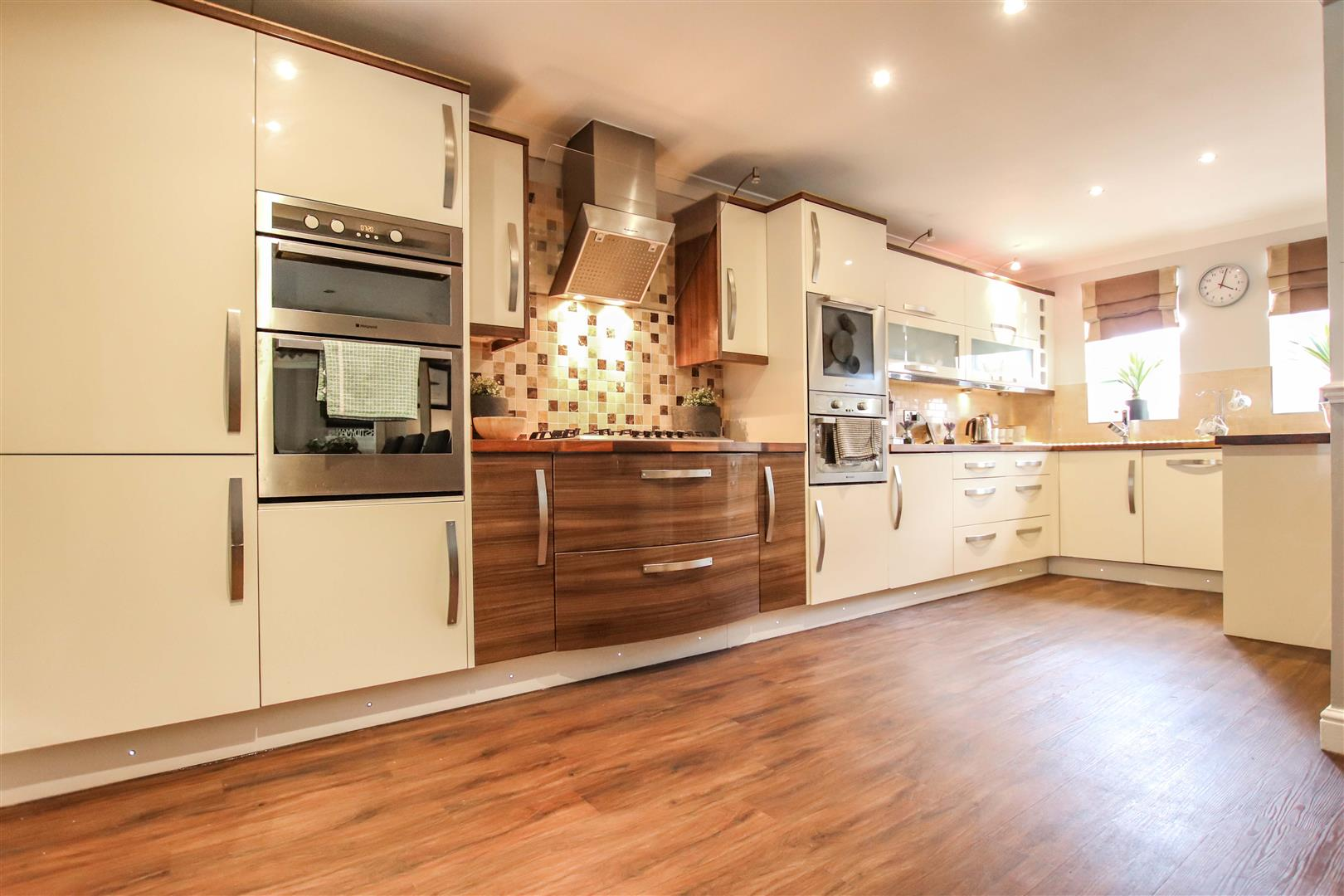 L  SHAPED FITTED KITCHEN / DINING ROOM